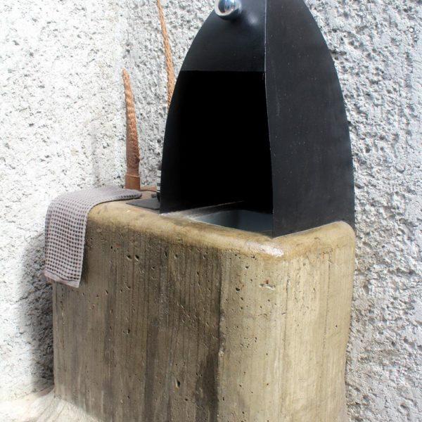 A pia tem cobertura em ferro