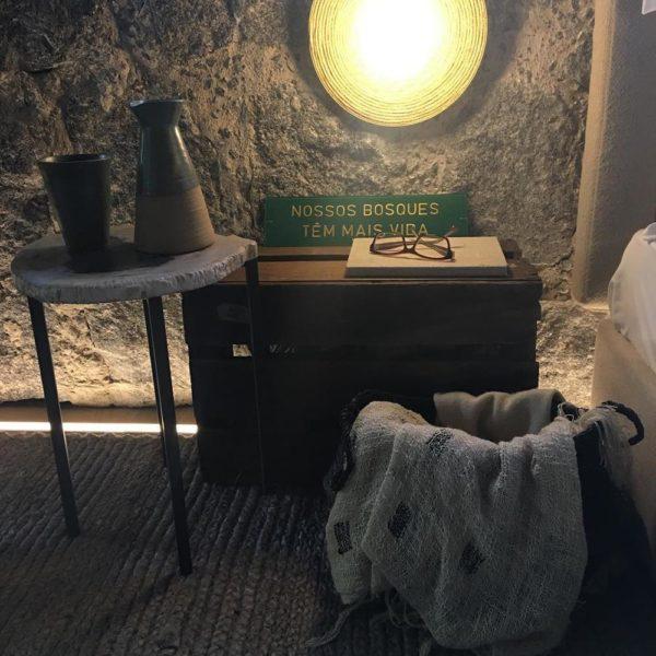 Mesa lateral com tampo em pedra + garimpo bacana