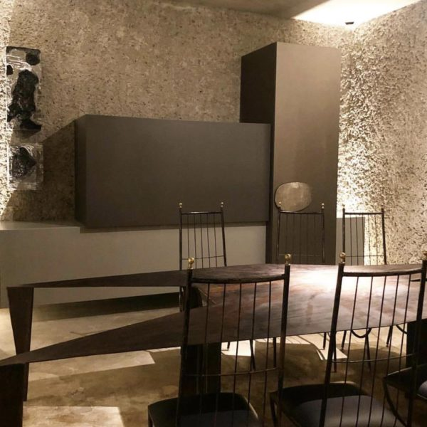 O jantar recebeu mesa em ferro, linda, cadeiras de espaldar alto e armário de desenho assimétrico
