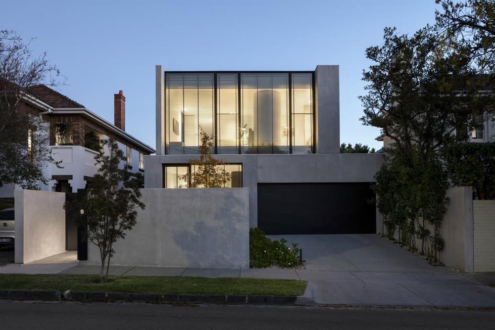 Wendel, esta é uma casa em que a cor da fachada é a mesma do muro. Fica bastante sóbrio e elegante