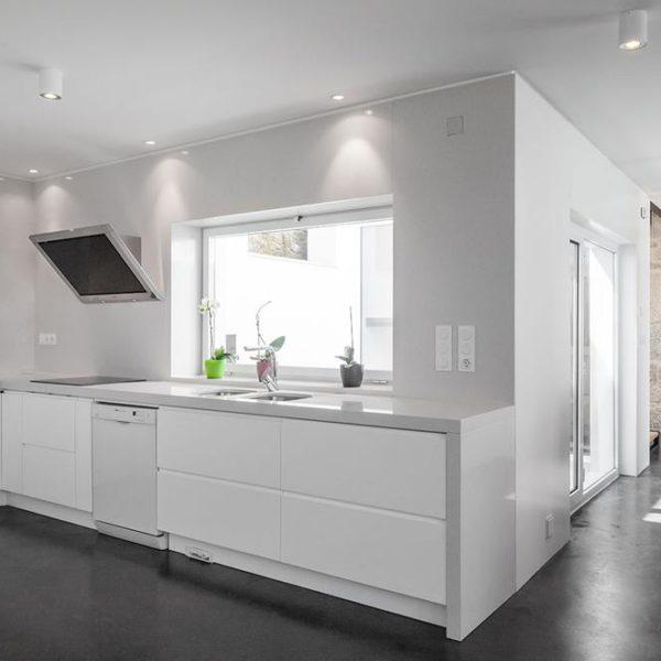 A cozinha, branca e limpa