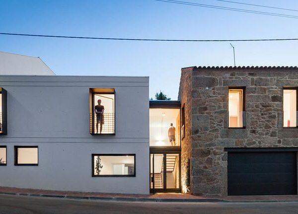 Contemporâneo + antigo. As janelas/aberturas, receberam o mesmo tratamento, o que naturalmente dá unidade a fachada