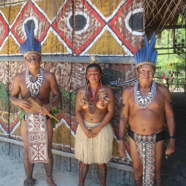 Na aldeia, em pose especial para Hardecor. Os índios são lindos