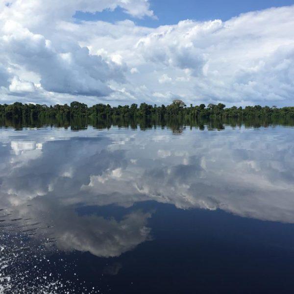 Tirei mais de 200 fotos do reflexo do céu/mata no rio. É lindo