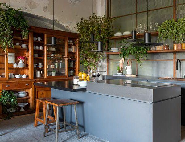 Os materiais tecnológicos e as cores trazem a cozinha direto para o século XXI. A referência é o passado, mas o tempero é bastante atual