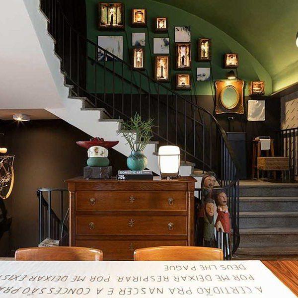 Juliano Aguiar assina os relicários sobre a escada. Cada um deles contem um objeto da equipe de Salum. Fofo!