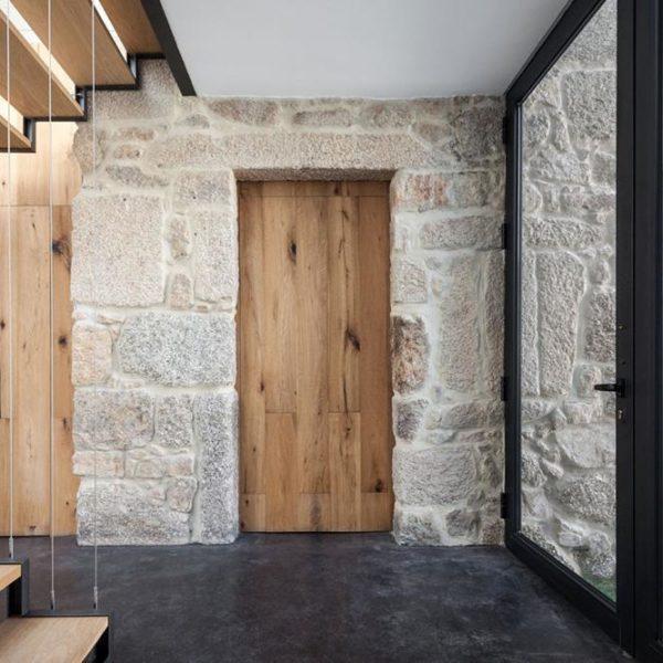 A porta liga a construção antiga à nova, e dá acesso a garagem