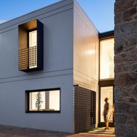 A janela se projeta na fachada