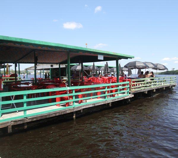 Um dos muitos flutuantes no Rio Negro, em Manaus