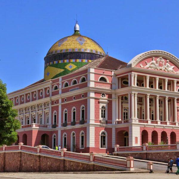 Teatro Amazonas. A cúpula é composta de 36 mil peças de cerâmica vitrificadas, vindas da Alsácia. As cores fazem alusão direta a exuberância da fauna e flora brasileiras