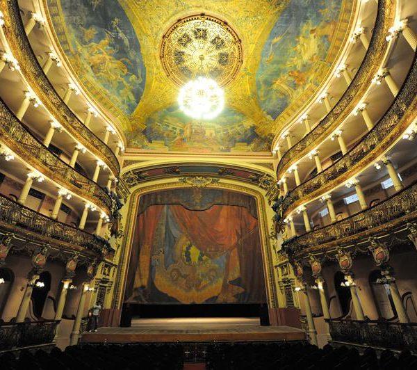 A mobília veio da França e os pendentes da Itália. O teatro foi construído no auge do ciclo da borracha