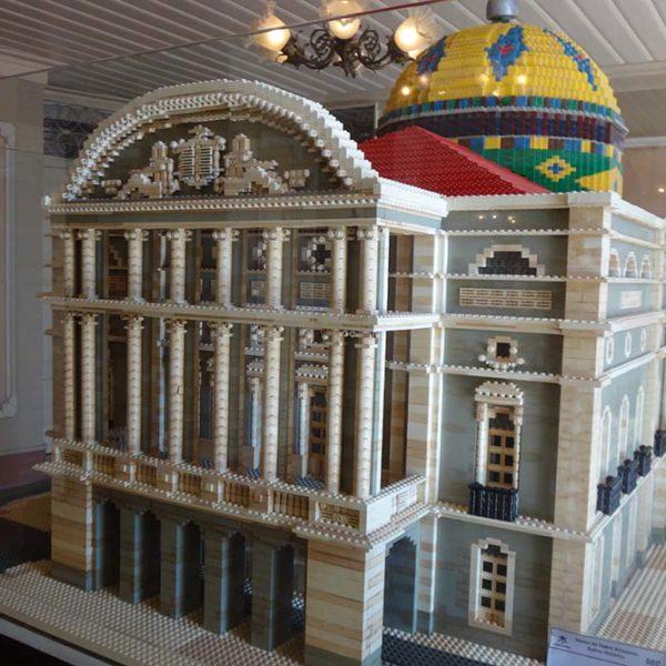 Uma maquete do teatro feito com peças de Lego