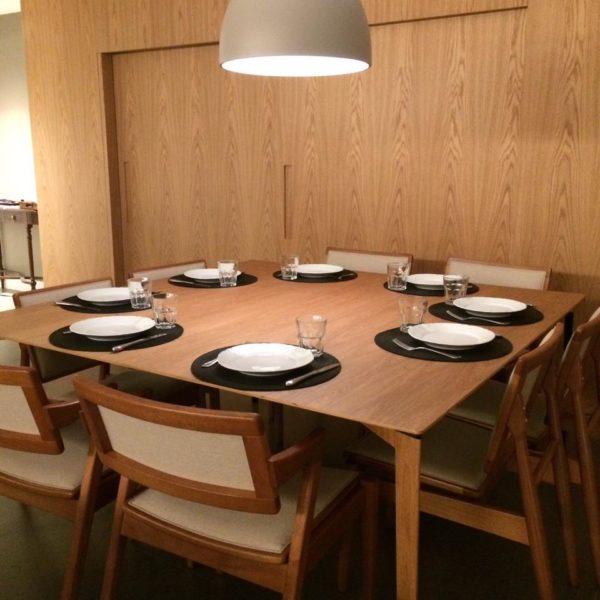 O painel de madeira faz pano de fundo elegante para o jantar