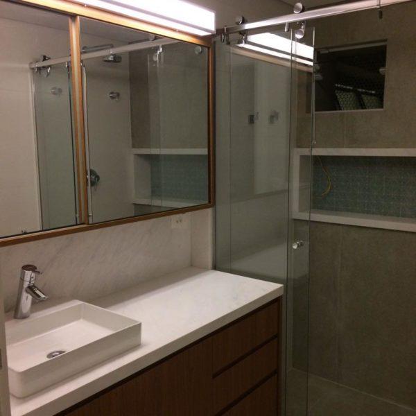 A bancada do banheiro, simples e cheia de estilo, como deve ser
