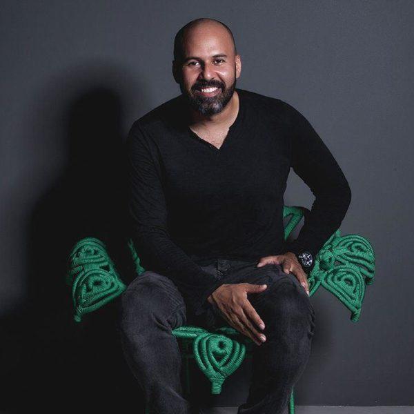 Sergio Matos posa na cadeira Chita