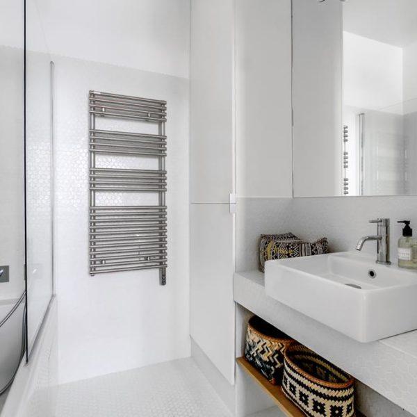 O armário até o teto é ótimo recurso para acomodar objetos e toalhas