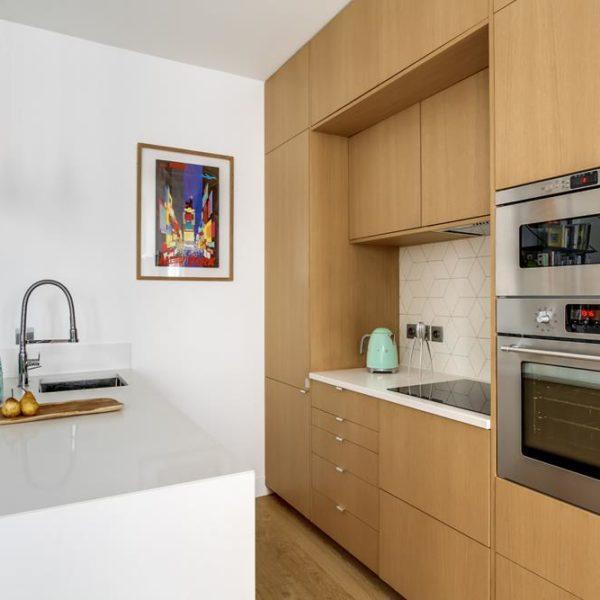 A marcenaria sob medida é essencial em pequenos espaços, assim como o uso de cores claras, se você tem a intenção de que o imóvel pareça mais espaçoso