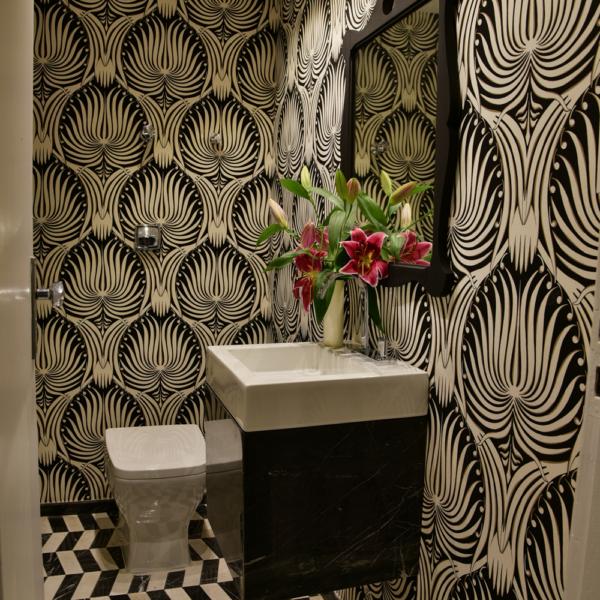 O lavabo, que também leva minha assinatura, recebeu piso em mármore Trecinco e papel de parede Entreposto da Casa Loft. A iluminação é Metal Domado