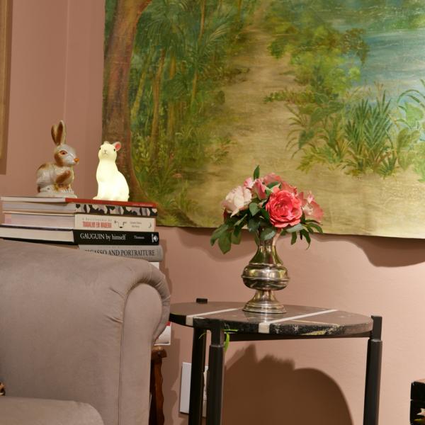 Coelhos da minha coleção, sofá, mesa lateral e tela Hardecor Loja