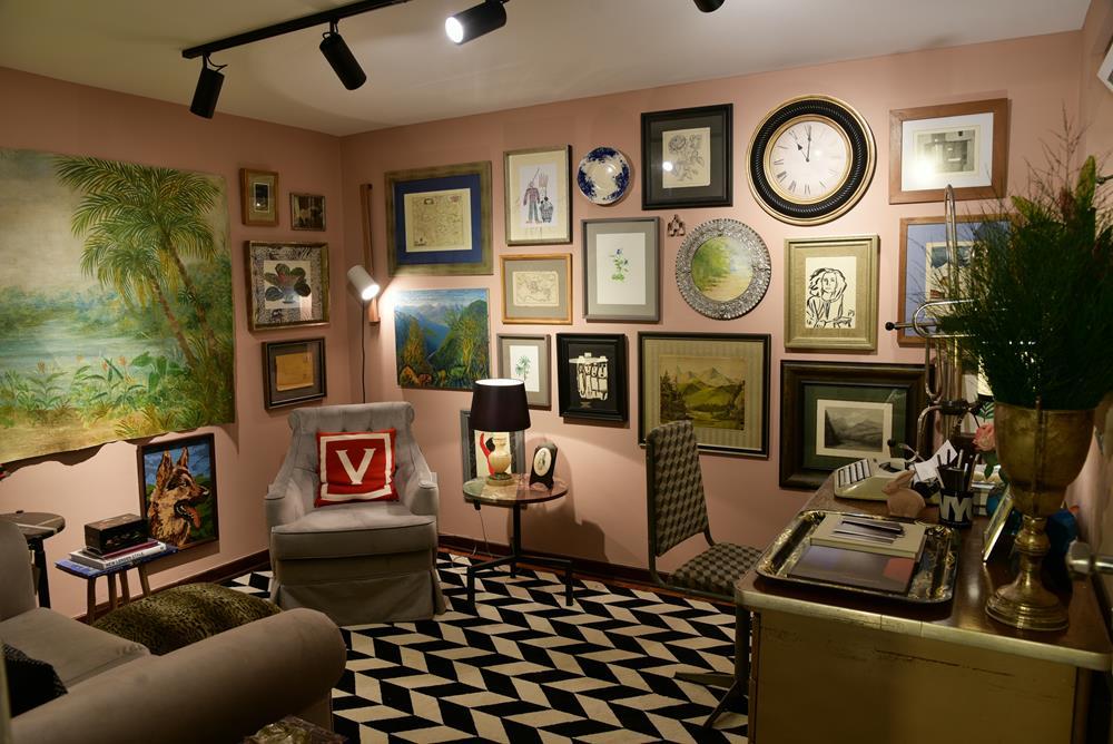 O Escritório da Designer recebeu mobiliário Hardecor Loja, tapete Home Móveis e iluminação Ponto de Luz
