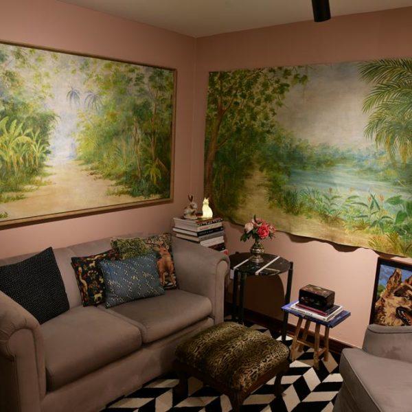 """Na parede """"Rosa Português"""", cor Suvinil desenvolvida para o ambiente e disponível no Palácio das Tintas. As telas são Hardecor Loja"""