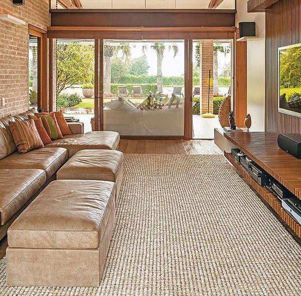 O painel da mesma cor do sofá também fica bem bacana. A monocromia é movimentada pela diferença entre as texturas