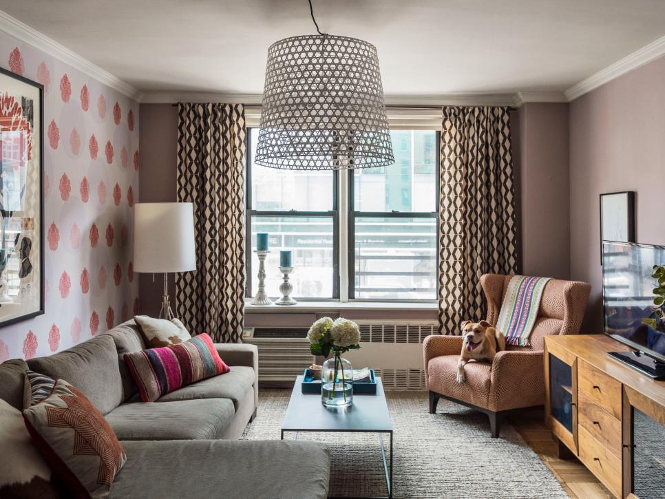 O tapete em tom neutro, assim como o sofá, deixam o protagonismo paras a cortina estampada. A variação de texturas em uma mesma cor é ótima solução para uma decoração bacana. Contrabalance com cores em objetos e almofadas, por exemplo