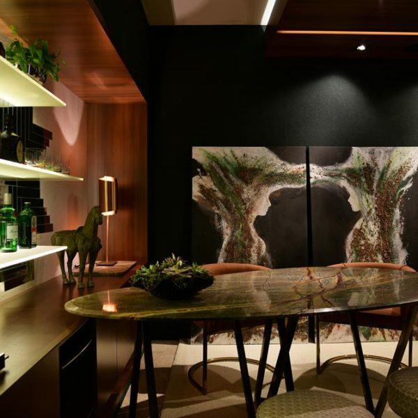 Marina Botigelli assina o jantar, que leva mesa desenhada especialmente para o projeto, executada pela Marmoraria Trecinco