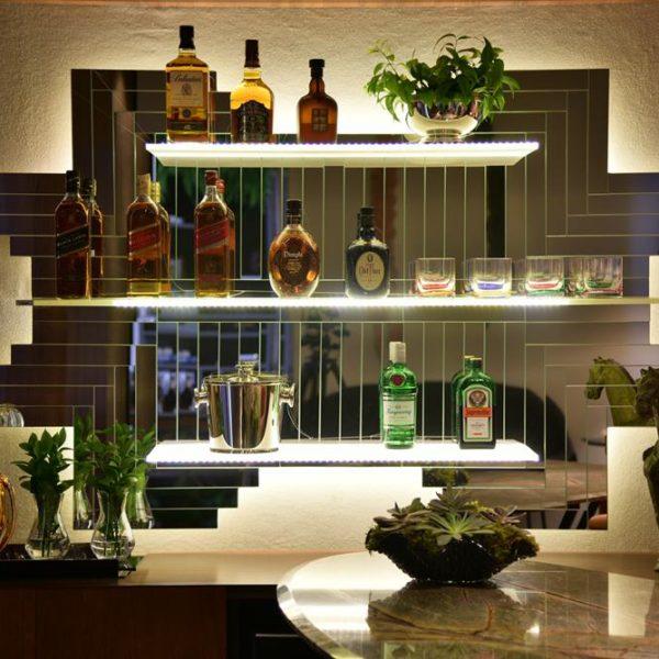 O bar do jantar recebe painel espelhado, desenho de Botigelli