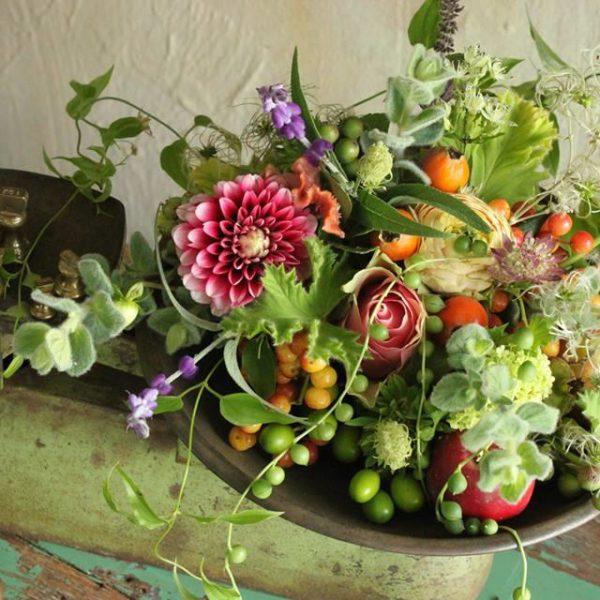 Flores e frutas podem e devem ser usados nos arranjos