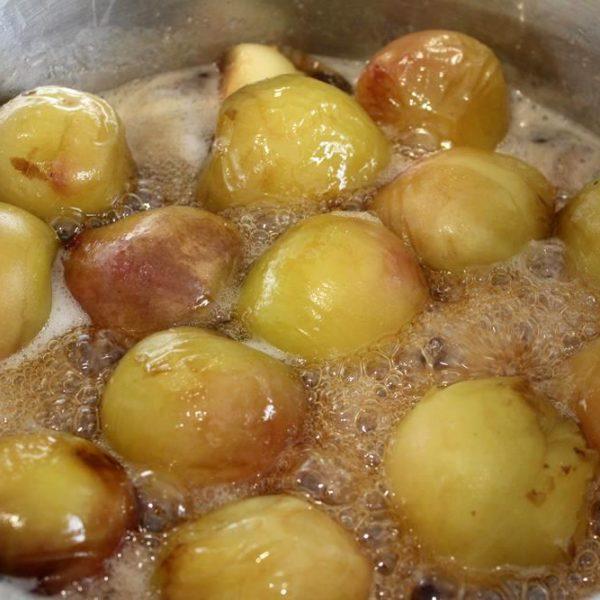 Os pêssegos já cozidos