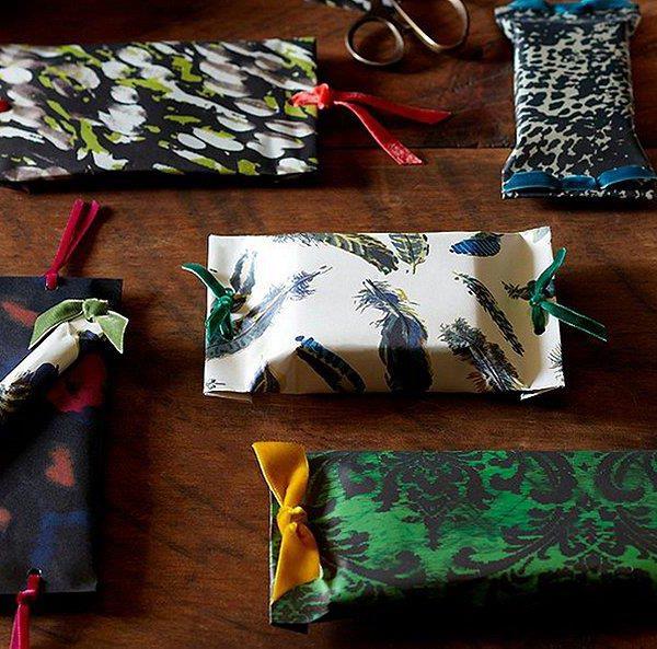 Laços de veludo trazem charme extra aos pacotes de presente