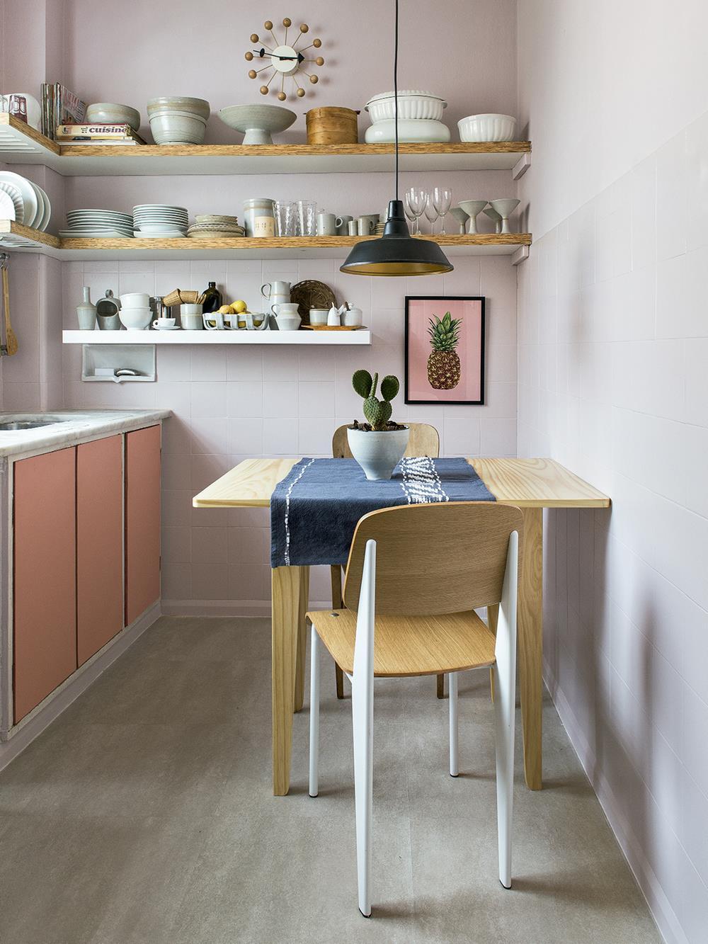 Pintar as portas dos armários da cozinha custa pouco e fica super bacana. Experimente cores como rosa, azul ou verde!!