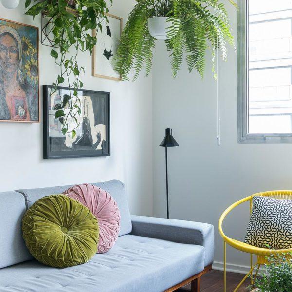 Invista em elementos como almofadas, peças coloridas, plantas e quadros. Tudo o que você pode carregar para a próxima parada