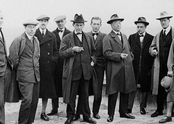 A turma de craques da escola alemã, fundada e dirigida por Walter Groupius, a frente ao centro, de sobretudo e chapéu escuro