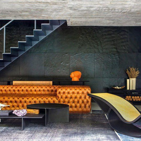 Salvio Moraes Jr e Moacir Schmitt Jr valorizam, sobre fundo escuro, peças como a chaise de Oscar Niemeyer