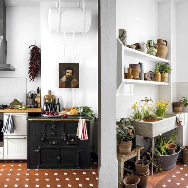 Os elementos originais, piso e fogão, na cozinha, e pia de mármore na área de serviço, são puro charme