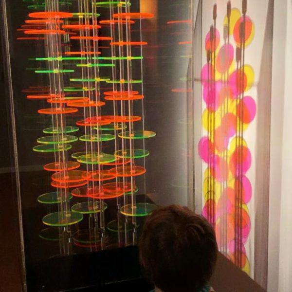 O garoto argentino estava fascinado pela  obra que tem movimento e sombra colorida