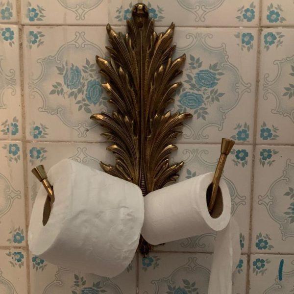 Suporte de papel no banheiro feminino