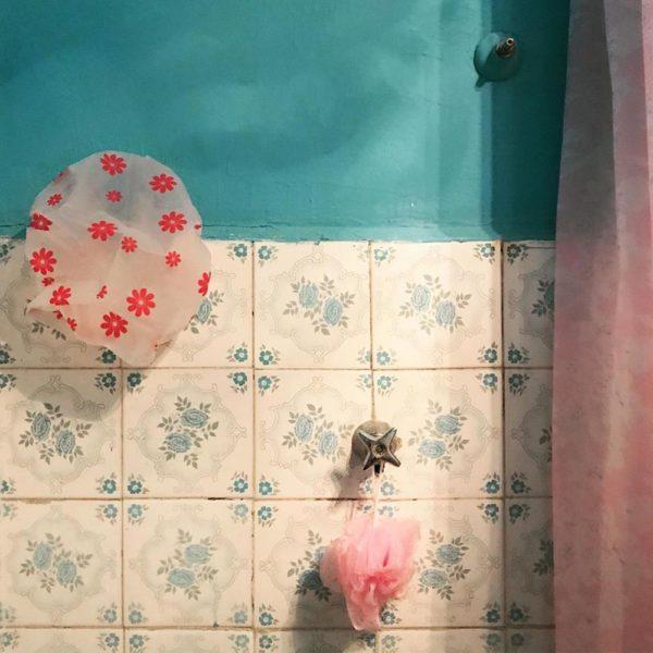 Rosa + azul e a touca da avó Cida. em foto de Catarina Marques, @eu.la.bossa, que pelo visto também adorou a decoração!!