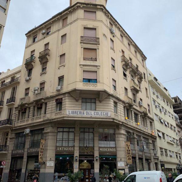 La Librería de Avila, a mais antiga de Buenos Aires e em frente a Iglesia San Inacio de Loyola