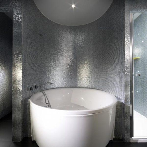 """Chegar cansada e tomar em mega banho de banheira (em Paris, talvez bebericando uma champanhe) é categoria """"não tem preço""""!"""