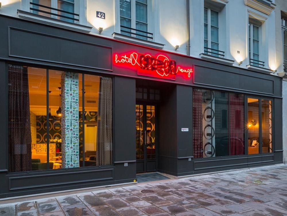 A fachada do Hotel Crayon Rouge, em Paris.