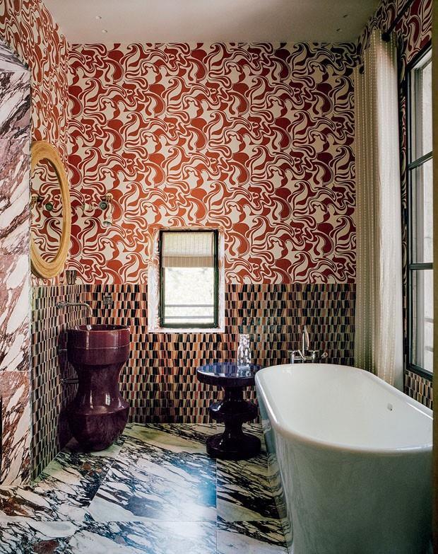 O banheiro, categoria maravilhoso, mistura o impensável, e o resultado é um super acerto. Mais um, da designer iraniana. O lavatório, um capítulo à parte, de cor diferente da banheira.