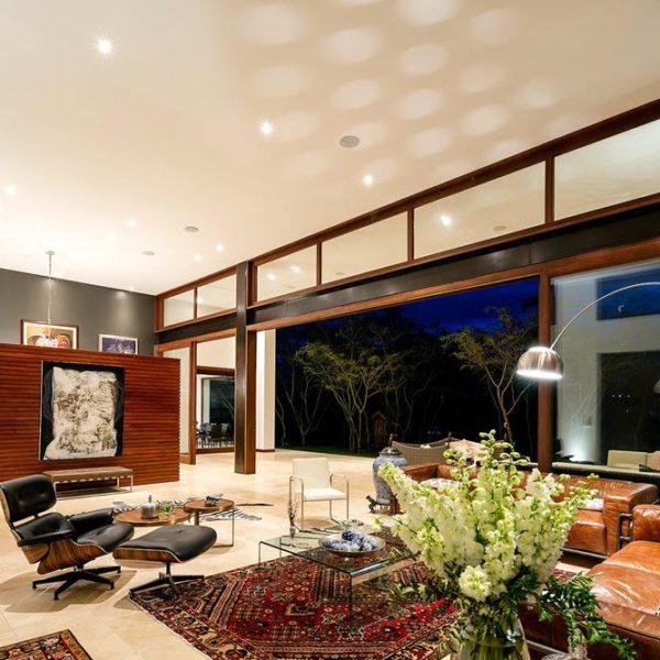 O grande living recebeu mobiliário assinado, acomodado sobre tapetes persas