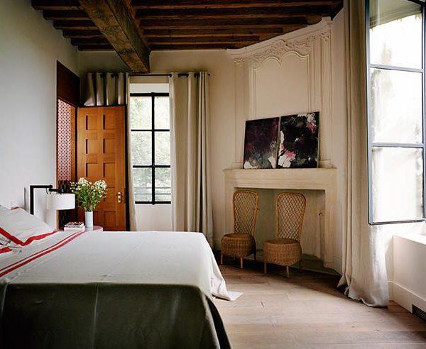 O quarto, sofisticado, deixa claro a paisagem onde está inserido. Pedra, fibras naturais, ferro, madeira e linho. Impossível dar errado.