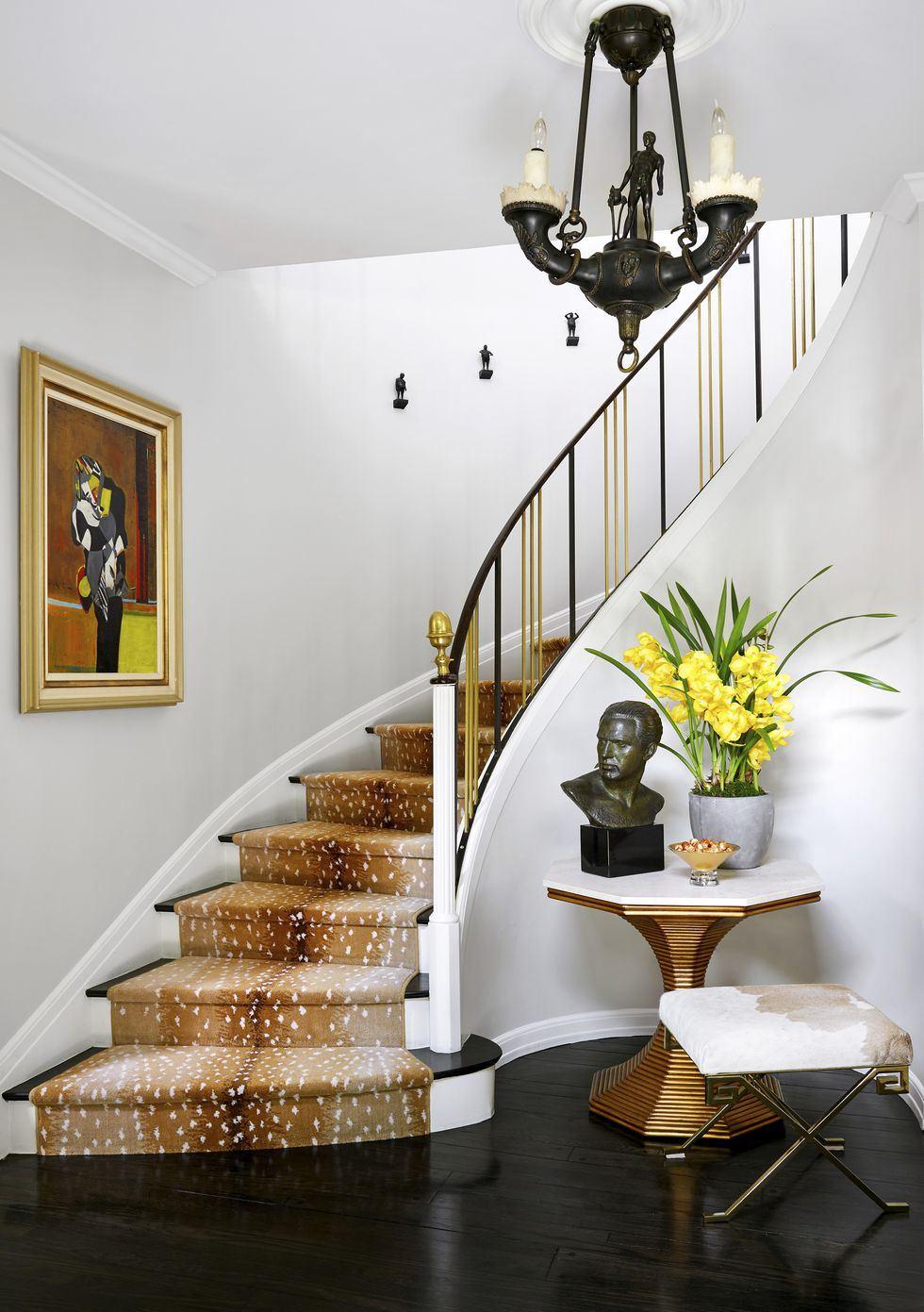 """No hall de entrada, a escada em curva recebe passadeira em """"animal print"""", linda!!"""