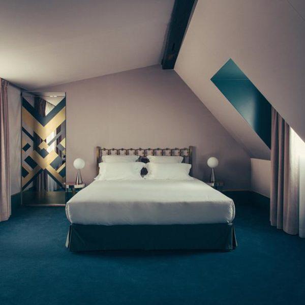 Vista geral do quarto, predominantemente azul.