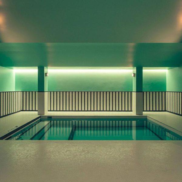 A piscina de pastilhas.