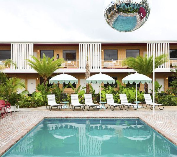 A piscina com direito a globo de espelhos!!!